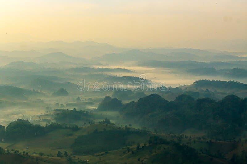 La vue aérienne a brouillé la couverture de gamme de montagne par le brouillard à l'aube dans Thail photographie stock libre de droits