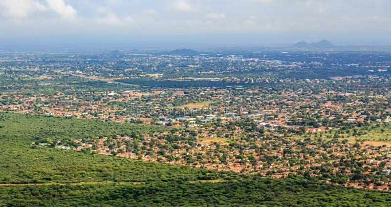 La vue aérienne d'étendre rapidement la ville de Gaborone a étendu au-dessus de t photo libre de droits