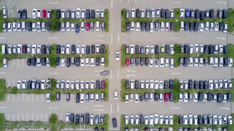 La vue aérienne d'un parking a tiré d'un bourdon photo stock