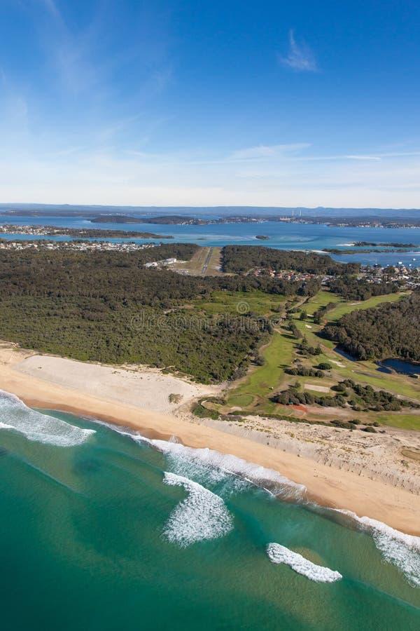 La vue aérienne de l'hélicoptère des forgerons noirs échouent - le lac Macquarie et l'aéroport de pélican photos libres de droits