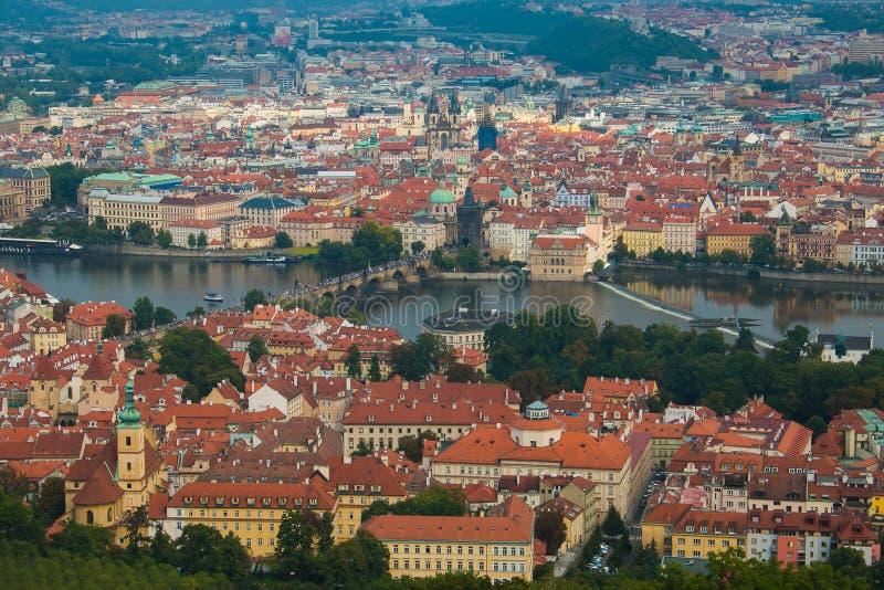 La vue aérienne de la rivière de Prague et de Vltava de la colline de Petrin dominent image libre de droits