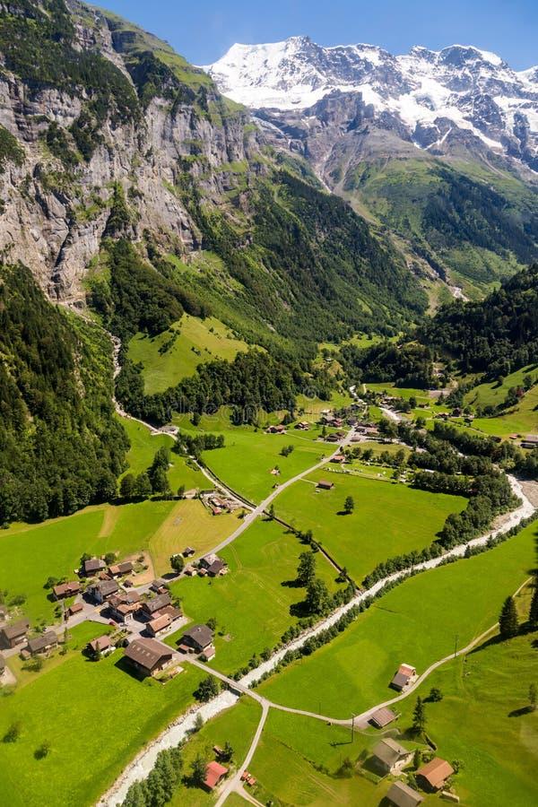 La vue aérienne de lauterbrunnen les alpes suisses de vallée et de Jungfrau derrière, la Suisse photo stock
