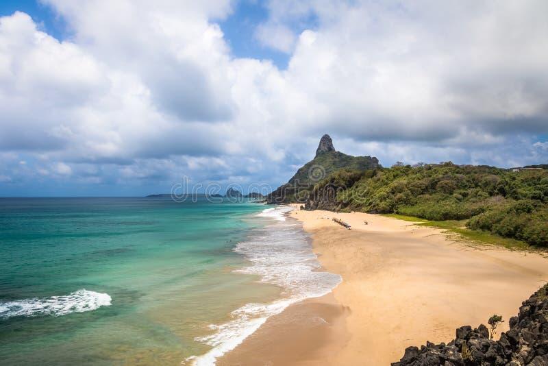 La vue aérienne de la mer intérieure mars de Dentro Beaches et Morro font Pico - Fernando de Noronha, Pernambuco, Brésil photos stock