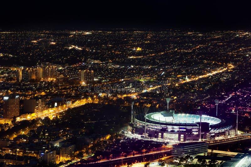 La vue aérienne de nuit du cricket de Melbourne a rectifié et ville la nuit images stock