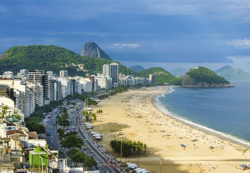 La vue aérienne de la plage célèbre de Copacabana et l'Ipanema échouent en Rio de Janeiro, Brésil image libre de droits