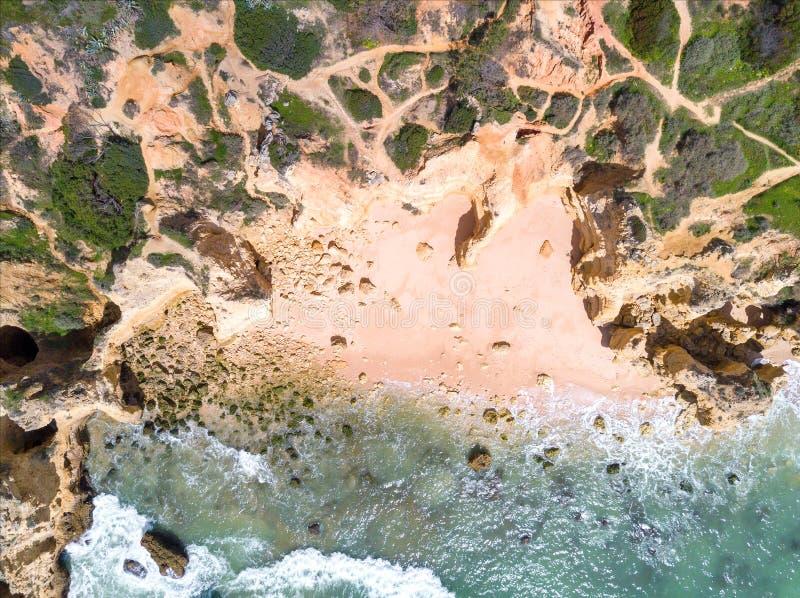 La vue aérienne de la plage sablonneuse et l'océan avec la belle turquoise claire arrosent images libres de droits