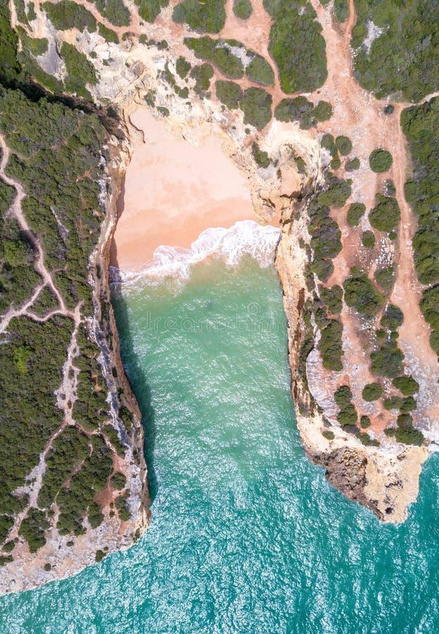 La vue aérienne de la plage sablonneuse et l'océan avec la belle turquoise claire arrosent image stock