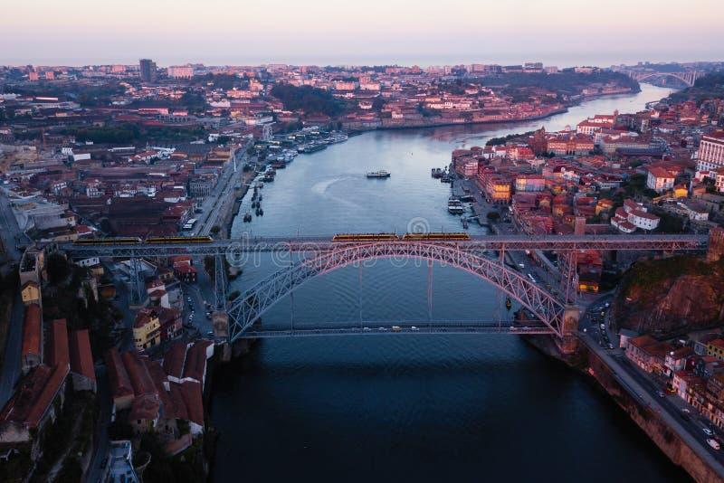 La vue aérienne de la rivière de Douro et le Dom Luis I repassent le début de la matinée de pont à Porto image libre de droits