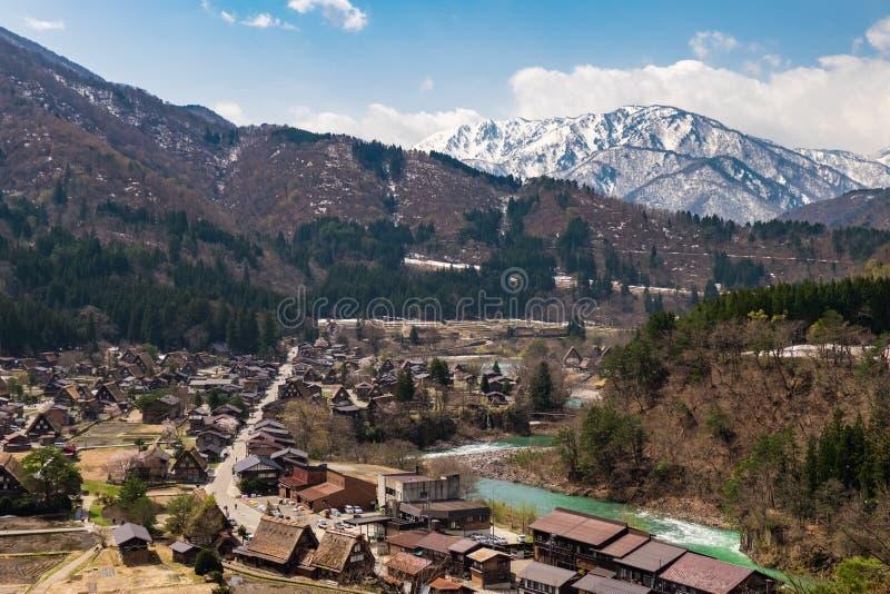 La vue aérienne de Shirakawa-vont village avec des fleurs de cerisier de pleine floraison, Japon image stock
