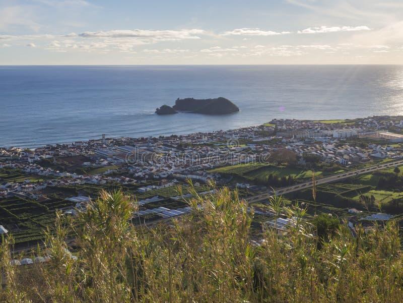 La vue aérienne de Vila Franca font la ville de Campo avec son îlot volcanique célèbre près de la côte, du point de vue Miradouro photo libre de droits