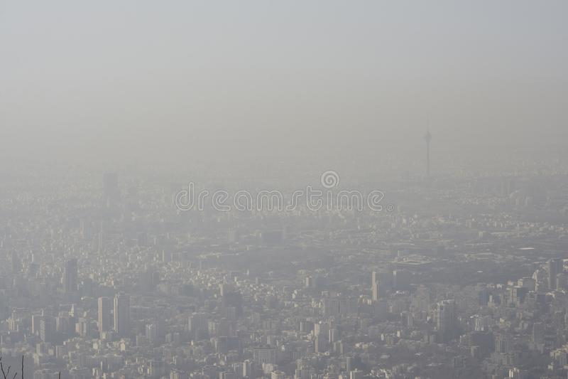 La vue aérienne de la ville de Téhéran des montagnes dégrossissent, ciel air-pollué images libres de droits