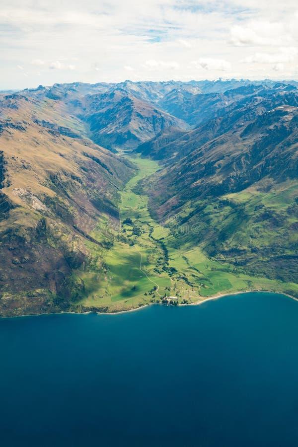 La vue aérienne des gammes de montagne et le lac aménagent en parc image stock