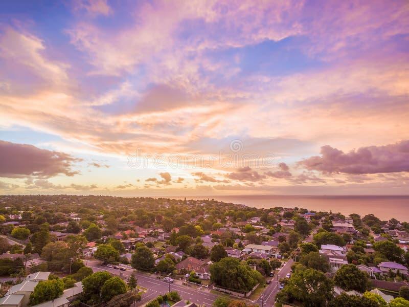La vue aérienne des maisons s'approchent du littoral photo stock