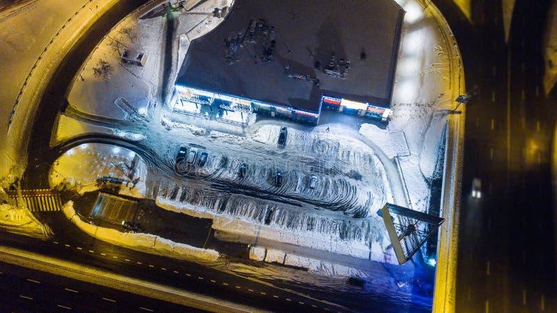 La vue aérienne des voitures couvertes de neige se tiennent dans le parking sur un nigth d'hiver image libre de droits