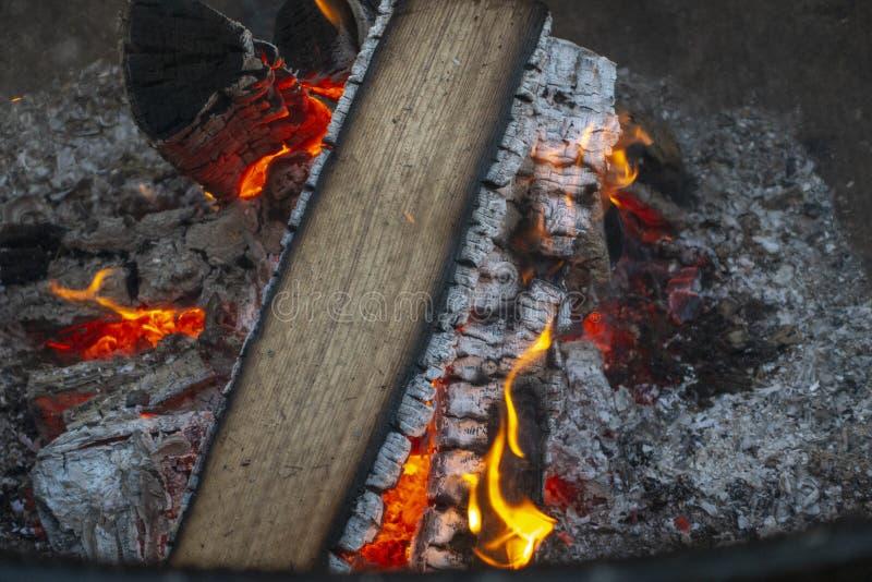 La vue aérienne du bois brûlant jaune rouge d'arbre a pris le feu au filet de camp images stock