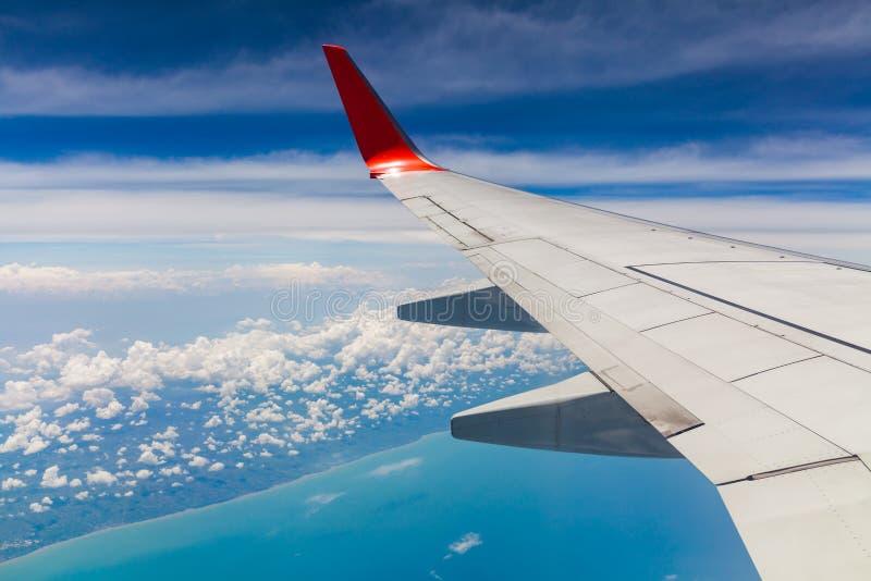 La vue aérienne du ciel bleu de nuage et l'avion s'envolent la vue par la fenêtre d'avion photo stock