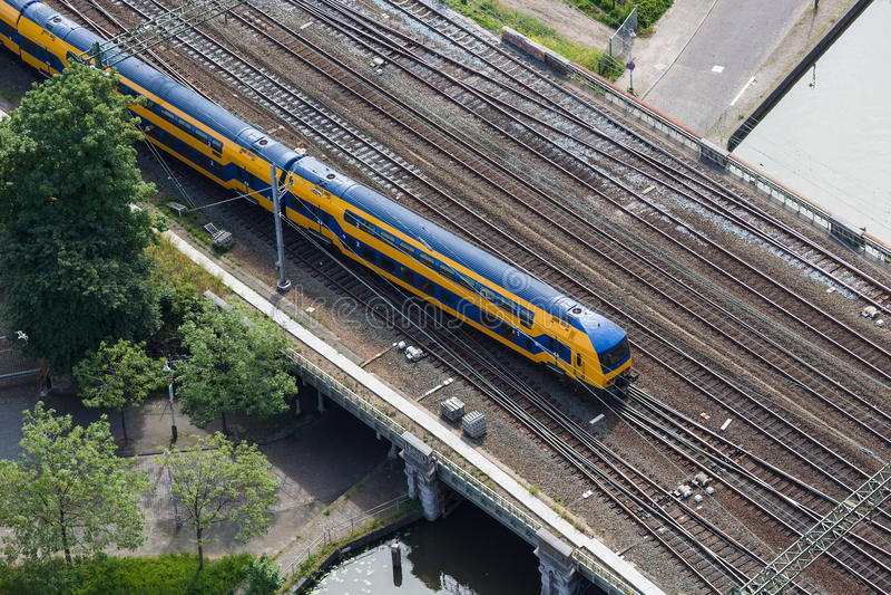 La vue aérienne du Néerlandais forment croiser un pont au-dessus d'un canal photos stock