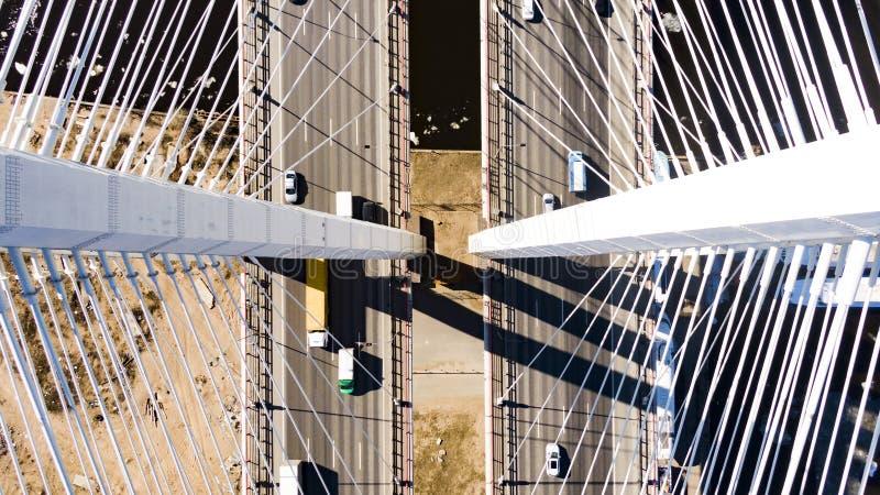 La vue aérienne du pont câble-resté, voitures conduisent le long de la route photos libres de droits