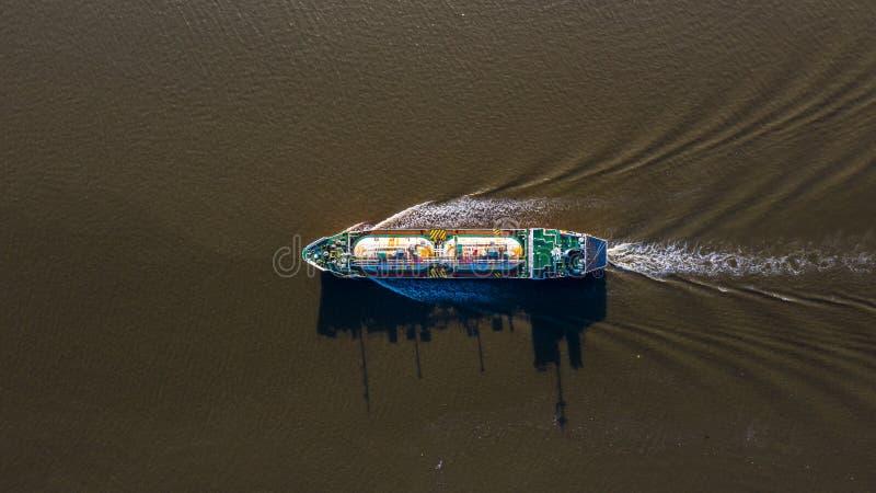 La vue aérienne a liquéfié le bateau-citerne de LPG de gaz de pétrole, le pétrolier logistique et l'huile et l'industrie du gaz d photographie stock libre de droits