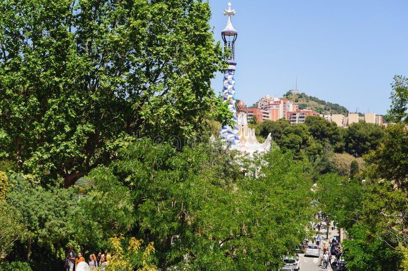 La vue aérienne sur la rue parmi les arbres verts s'approchent du parc Guel à Barcelone photographie stock libre de droits