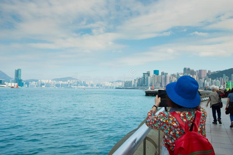 La vue arrière d'arrière de la femme prennent la photo de grand images libres de droits