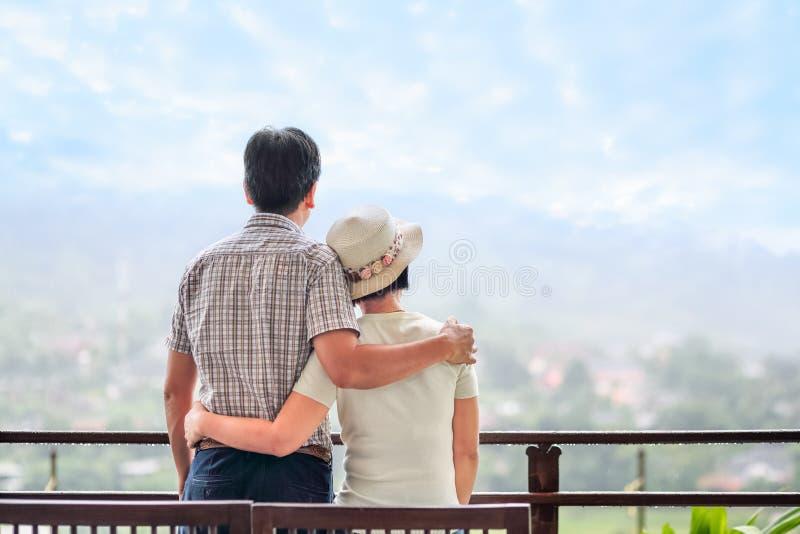 La vue arrière d'un milieu asiatique heureux a vieilli un couple photos libres de droits