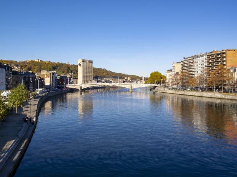 La vue au DES de la Meuse et de Pont arque le pont à Liège, Belgique photos libres de droits