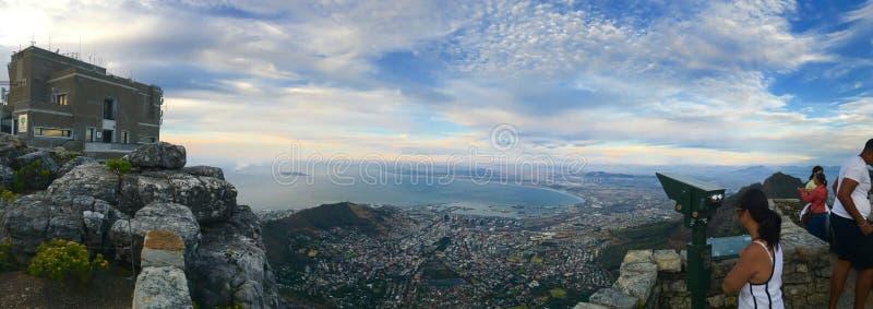 La vue au-dessus de la montagne de ville et de Tableau du seaa dégrossissent image stock