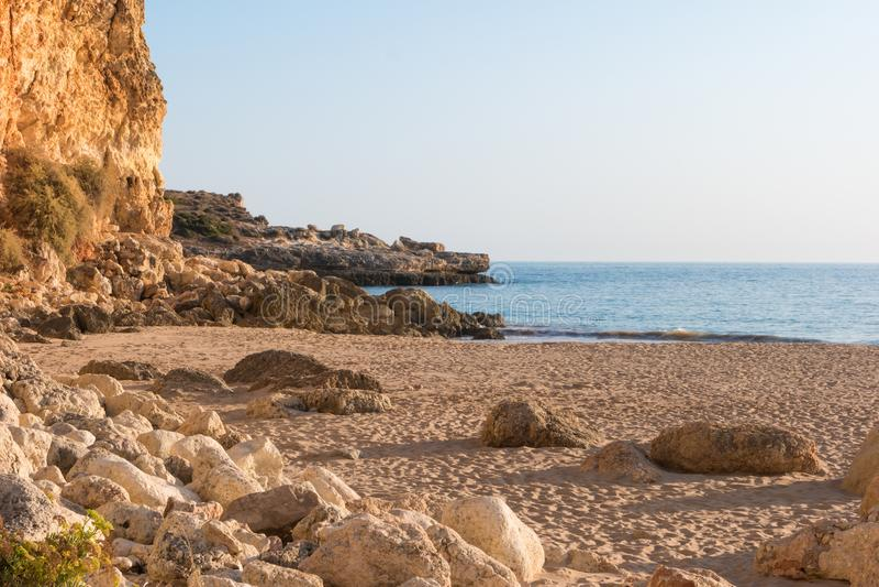 La vue au Praia font la plage de Molhe dans Ferragudo, Portimao, Algarve image libre de droits