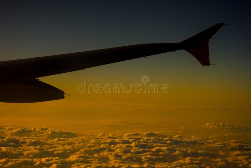 La vue aux nuages de la fenêtre de l'avion photos stock