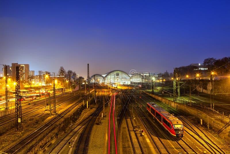 La vue bleue de la station de train centrale à Dresde la nuit image libre de droits