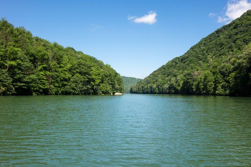 La vue calme trichent vers le bas le lac Morgantown photo stock