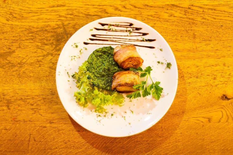 La vue ci-dessus de la salade avec de la viande decoreated avec de la sauce brune sur la table en bois photo libre de droits