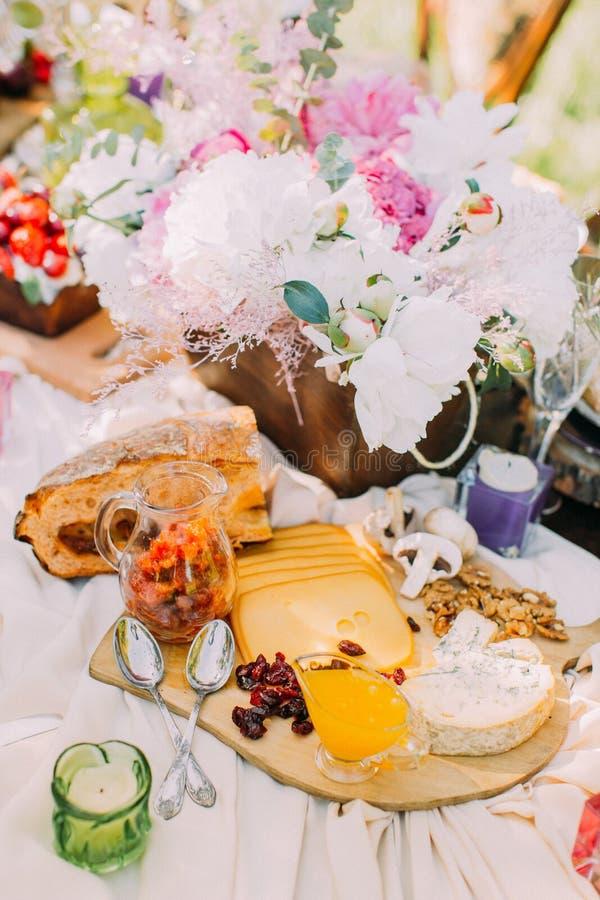 La vue ci-dessus sur l'arrangement de table de mariage La composition du pain de fromage frais, de sentir, fruits secs savoureux  photos stock