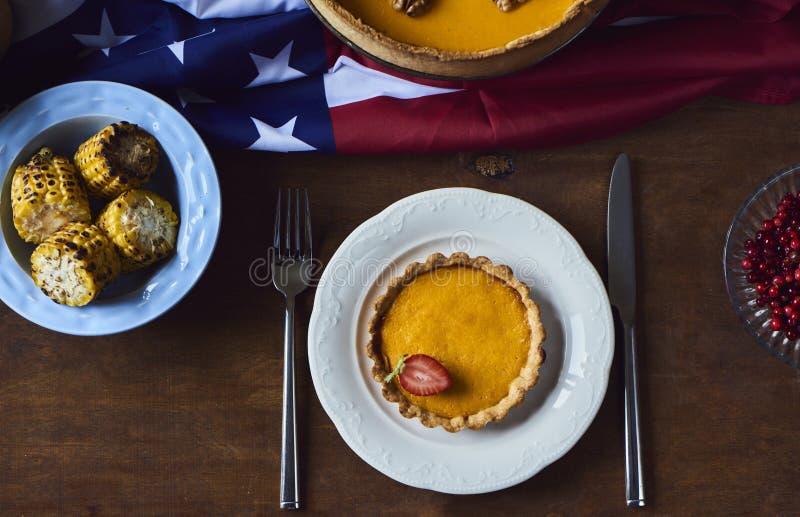 La vue courbe de la table a servi au dîner de thanksgiving image libre de droits