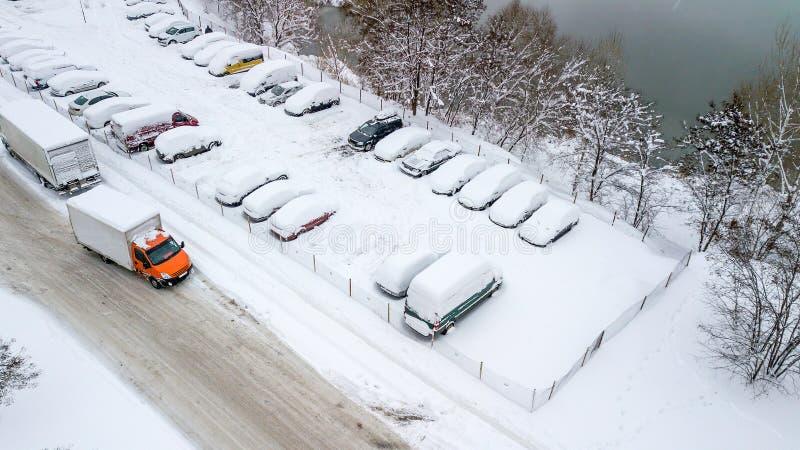 La vue d'Aerila des voitures couvertes de neige se tiennent dans le parking un jour d'hiver images libres de droits