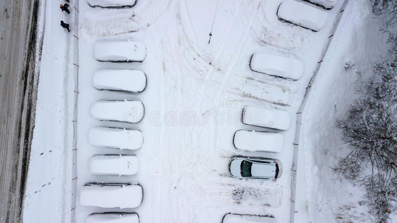 La vue d'Aerila des voitures couvertes de neige se tiennent dans le parking un jour d'hiver images stock