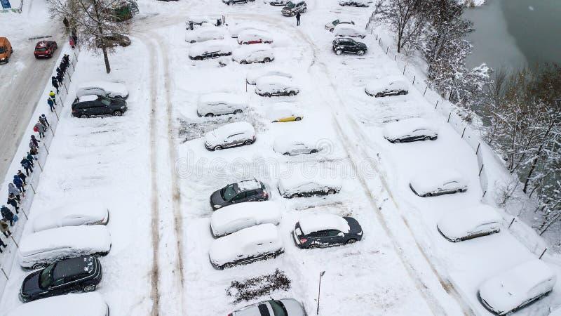 La vue d'Aerila des voitures couvertes de neige se tiennent dans le parking un jour d'hiver image libre de droits