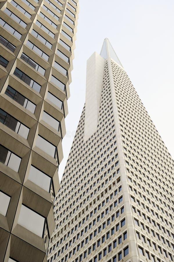 La vue d'angle faible de la pyramide San Francisco de Transamerica a conçu par William Pereira images libres de droits