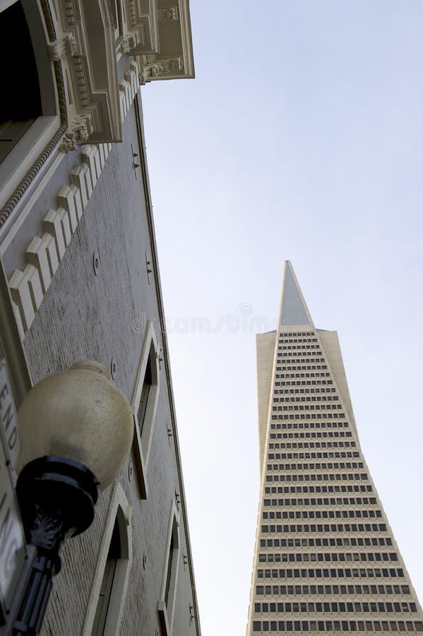 La vue d'angle faible de la pyramide San Francisco de Transamerica a conçu par William Pereira photo libre de droits