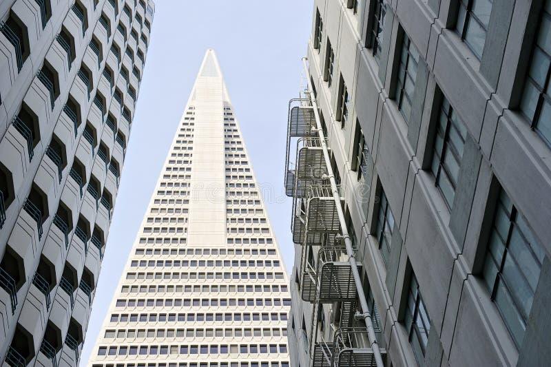 La vue d'angle faible de la pyramide San Francisco de Transamerica a conçu par William Pereira photos stock