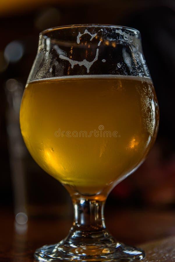 La vue d'angle faible du verre de bière avec de l'eau perle images stock