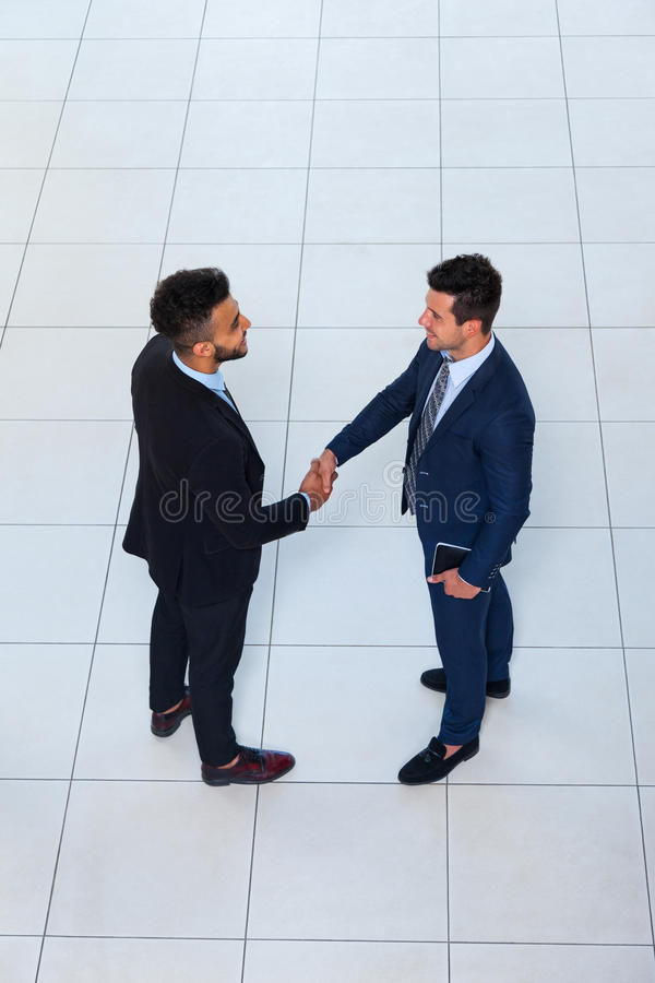 Download La Vue D'angle Supérieur De Geste D'accueil De Secousse De Main D'hommes D'affaires, Deux Hommes D'affaires Font L'affaire La Poi Photo stock - Image du angle, businessperson: 77156364