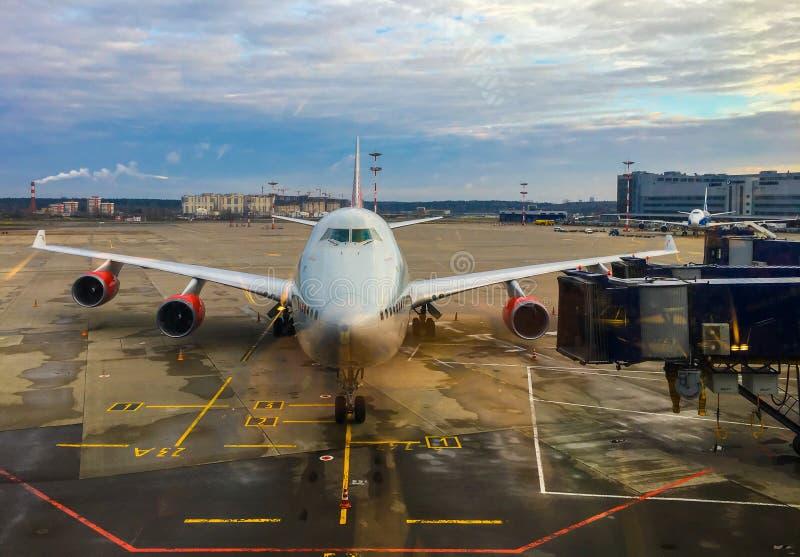 La vue d'avion de la fenêtre d'aéroport images libres de droits