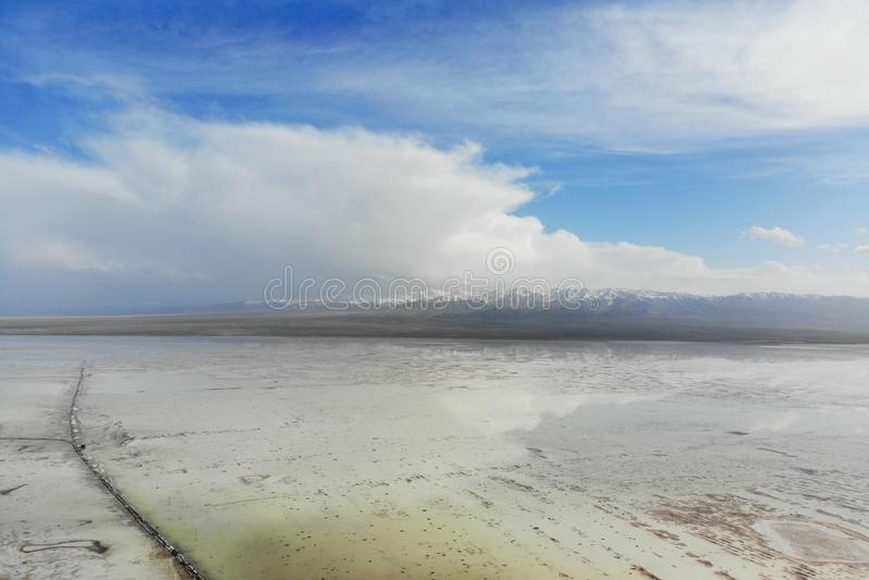 La vue d'entre le ciel et la terre de Chaka Salt Lake Chaka est langue tib?taine, la signification est l'?tang de sel, qui est le photographie stock