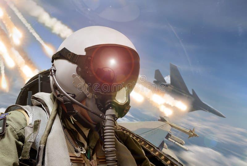 La vue d'habitacle pilote pendant le combat air-air avec des missiles évase des paillettes étant déployées photo stock