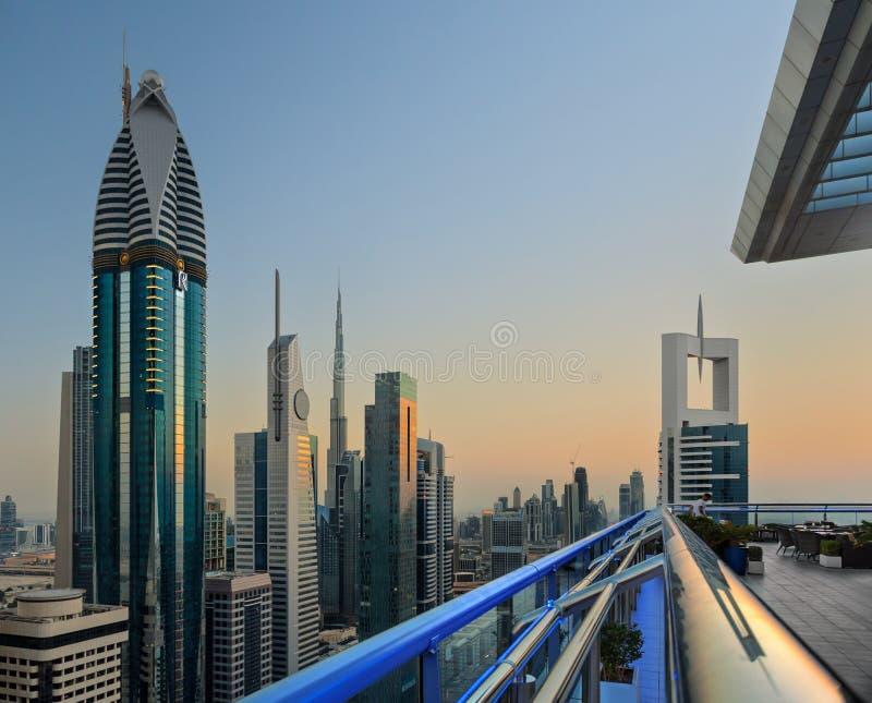 La vue d'horizon de balcon du shiekh zayed la route au Dubaï images stock