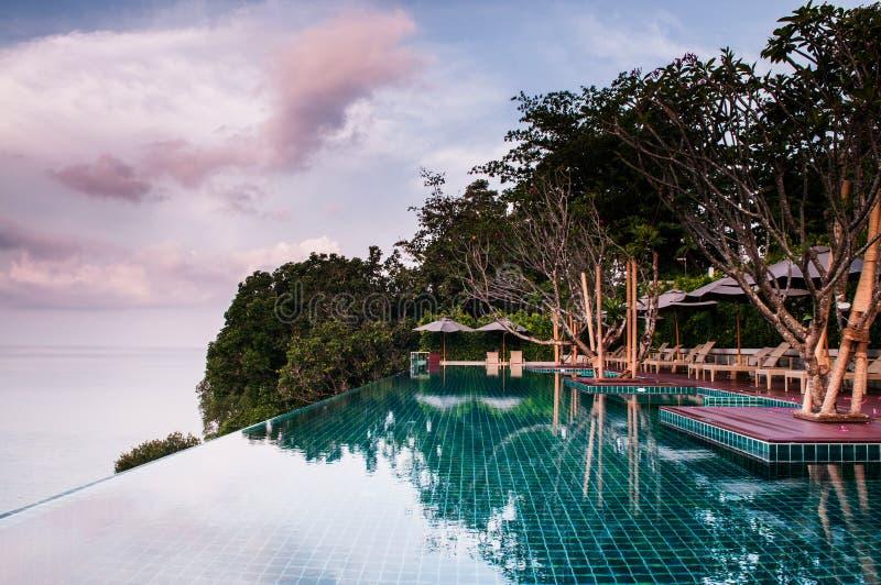 La vue d'océan de piscine de bord d'infini et le beau paysage conçoivent images stock
