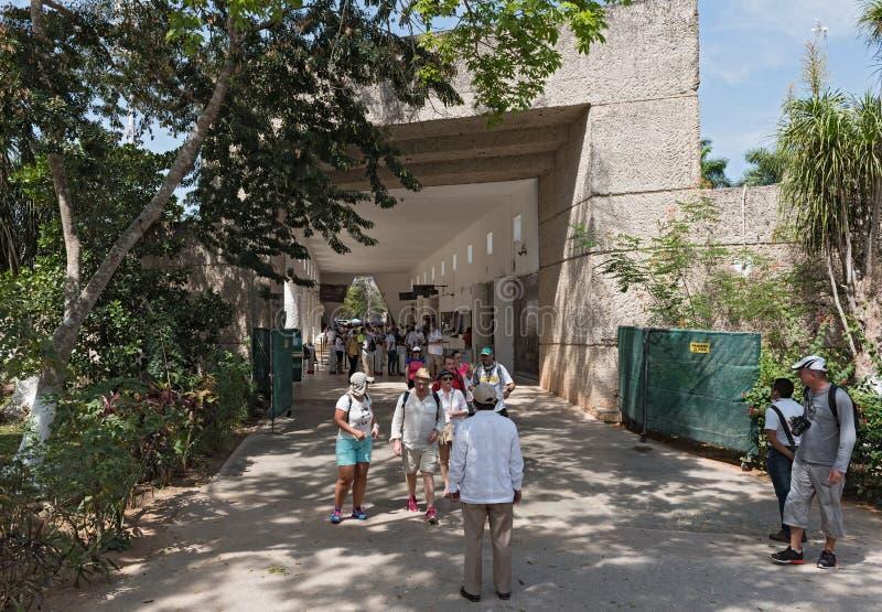 La vue d'un groupe de touristes non identifiés dans le secteur d'entrée de chichen l'itza, yucatan, Mexique image stock