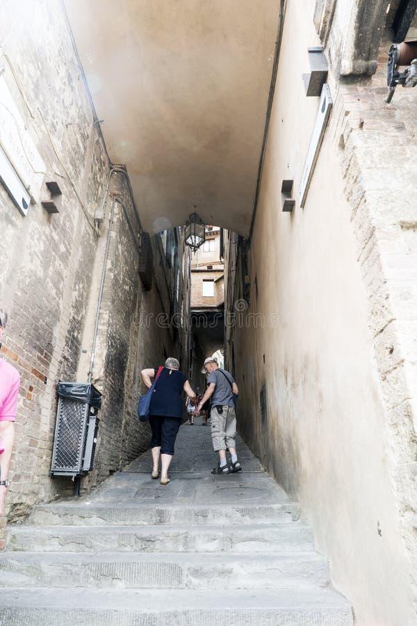 La vue d'une petite allée avec des escaliers s'approchent de elle Piazza del Campo Sienne image stock